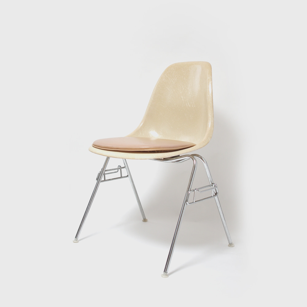 Herman Miller Charles & Ray Eames Fiberglass DSS Shell Chair (Padded seat)